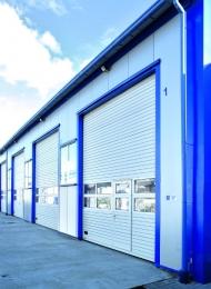 Brama przemysłowa z panelami przeszklonymi aluminium