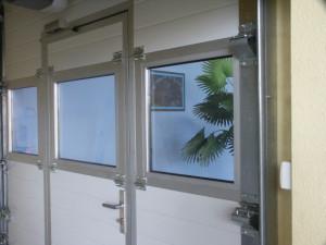 Brama aluminowa z drzwiami